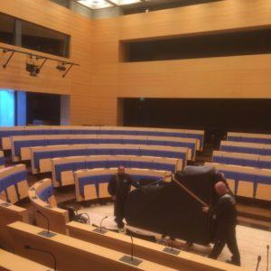 Transport und Positionierung des Flügels durch das ZK Team bei der Konrad Adenauer Stiftung