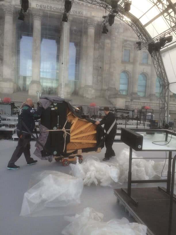 ZK Team beim Transport eines Flügels zur Feier von 25 Jahre Deutsche Einheit