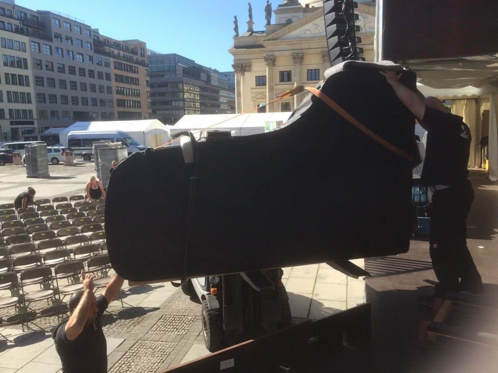 Zum Open-Air Konzert 2015 - Flügel wird transportiert