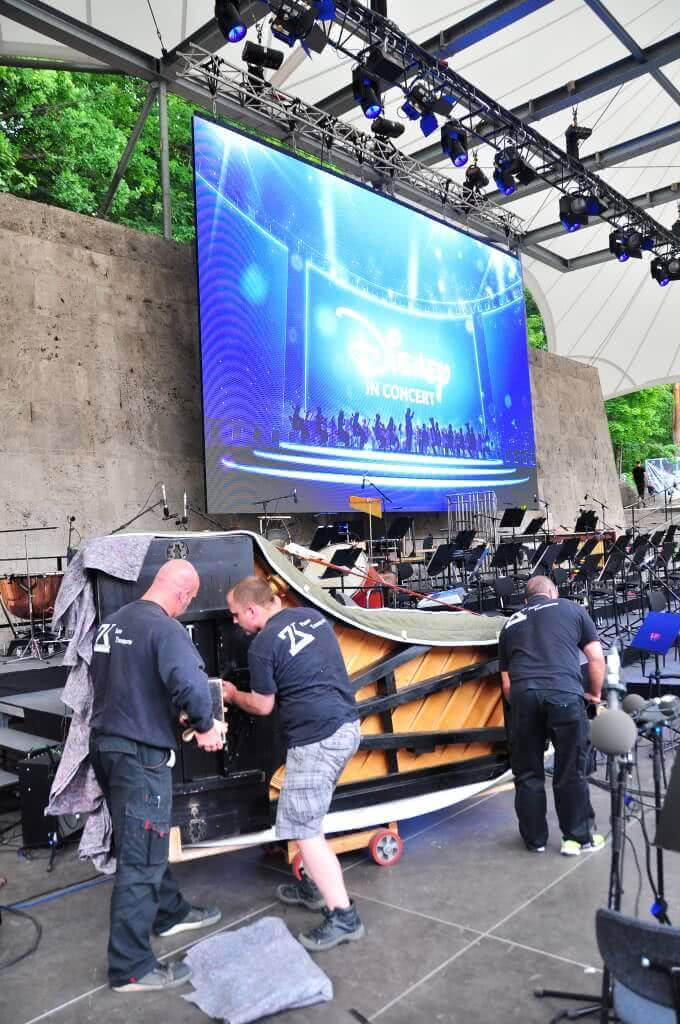 Flügel Aufbau bei Disney durch ZK Team - ZK Piano Transporter