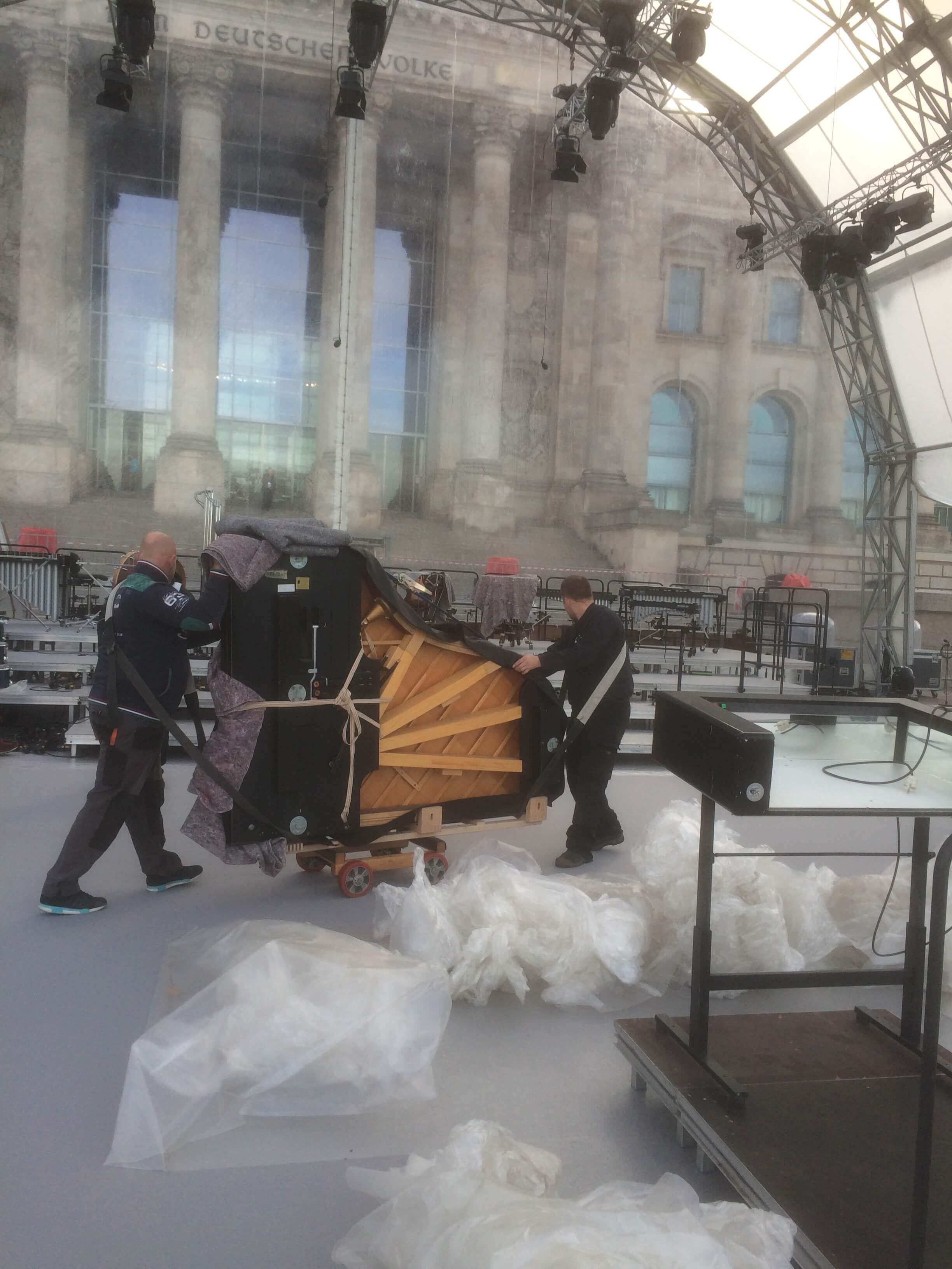 ZK Team beim Transport bei 25 Jahre Deutsche Einheit - ZK Piano Transporte