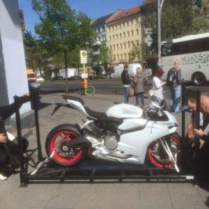 Motorradtransporte - Ducati Transport sichern und Treppen überqueren - ZK Piano Transporte
