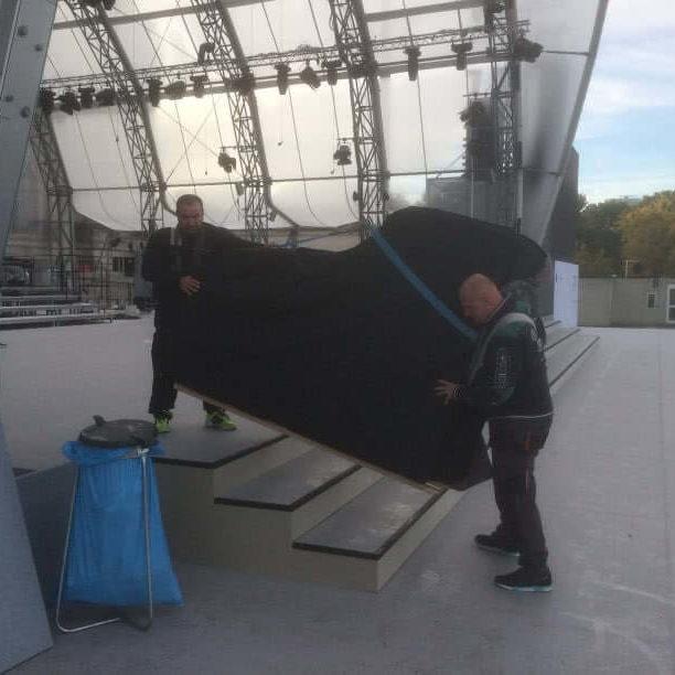 Deutsche Einheit - Flügel über die Treppe auf dem Weg zur Bühne