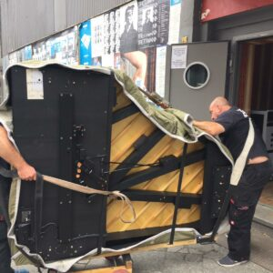 Vor dem Eingang im Lido Berlin wird das Flügel rein transportiert
